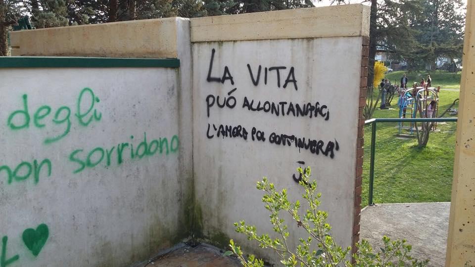 Canzoni d 39 amore sui muri del centro santa lucia - Frasi sui muri di casa ...