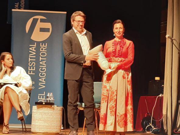 La madrina del Festival, Antonella Attili, premia Abgelo Carotenuto