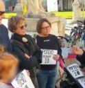 Travolta e uccisa da un'auto, cittadini scendono in piazza a protestare. Il sindaco li critica: