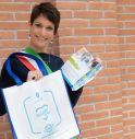 La sindaca di Silea Rossella Cedron con la shopper contenente un kit di buoni sconto dal valore di € 100 da spendere nei negozi di Silea