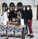 I giovani volontari del centro raccolta e distribuzione indumenti