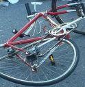 Auto falcia un gruppo di ciclisti, un morto
