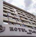 Prenota una stanza al Plaza Hotel e si getta dal settimo piano