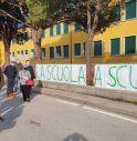 Cartelloni e proteste, manifestazione contro la didattica a distanza