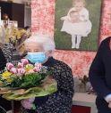 La centenaria nonna Ida con il sindaco Daniele Rostirolla e l'assessora ai servizi alla persona Lara Seccafien