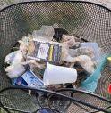 I molti rifiuti raccolti da Attilio Zambon e la figlia durante il giro in bicicletta