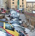 Firenze, voragine di 200 metri sul Lungarno in pieno centro: inghiottite auto in sosta