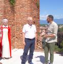 Il conduttore David Romano con l'assessore Gianfranco Giovine e i figuranti del Palio