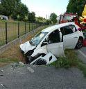 Esce di strada e si schianta nel fosso, muore la conducente