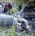 Auto con a bordo due ragazze nella scarpata, una sbalzata fuori
