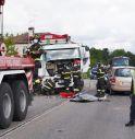 Schianto tra due auto e un autocarro: due feriti ricoverato in ospedale
