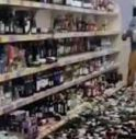 Entra all'Aldi incazzata, distrugge 500 bottiglie di alcolici scaraventandole VIDEO