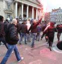 Bruxelles, neonazisti e hooligans in piazza: tensione con la polizia