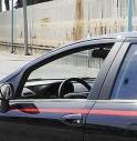 Tira dritto all'alt dei carabinieri, inseguimento in pieno centro storico