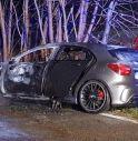 Esce di strada e l'auto prende fuoco: paura a Nervesa