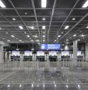 Va dall'altra parte del mondo per una ragazza, la aspetta 10 giorni in aeroporto. Invano