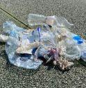 Follina, cestini vuoti e rifiuti sparsi sul prato del parco