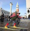 Con gli sci in piazza San Marco chiede indicazioni per l'Asiago