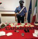 Minaccia i Carabinieri con una bottiglia di vetro e poi scappa