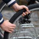 Sorpreso in sella a una bici mentre ne trascina una seconda: entrambe erano rubate