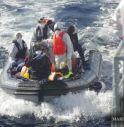 400 migranti sbarcano a Pozzallo.  C'è il corpo di un giovane senza vita