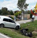 Terribile incidente tra un'auto e uno scooter: due persone ferite in modo grave