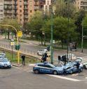 Scontro tra due auto della polizia sulla strada deserta