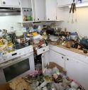 Accumulava di tutto in casa, odore infernale: vicini chiamano la polizia