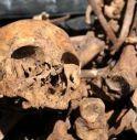 Cerca una scopa nel ripostiglio, trova ossa umane