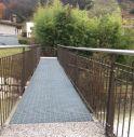 passerella pedonale sopra il torrente Raboso tra le vie Canal Nuovo e Canal Vecchio