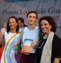 la vincitrice del premio Berto col sindaco Carola Arena