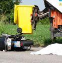 Scuter contro camioncino dei rifiuti. Muore l'uomo. grave il figlio