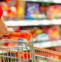 Rubano alcolici in un supermercato: sorpresi mentre bevono in un parco