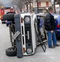 CARAMBOLA IN CENTRO: FUORISTRADA SI CAPOVOLGE E FINISCE CONTRO LE AUTO PARCHEGGIATE