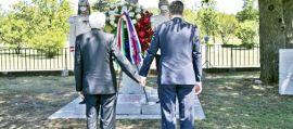 Mano nella mano contro ogni odio e violenza: il gesto storico di Mattarella e Pahor Fiori alla foiba di Baso