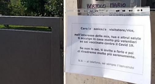 Cartello affisso sul cancello della casa di Mario Bertolo