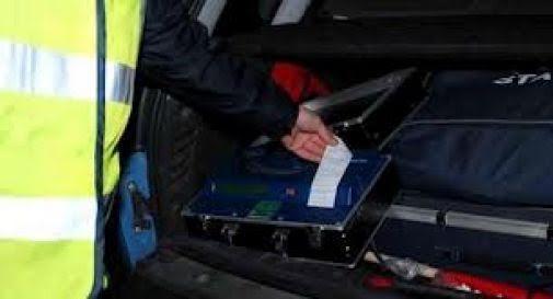 Ubriaco senza assicurazione sbanda e colpisce 5 auto in sosta: ritirata la patente
