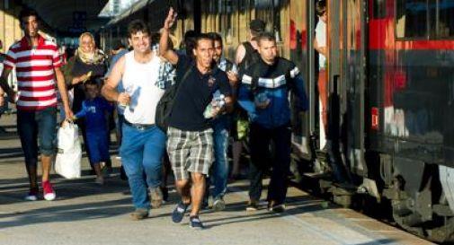 Riaperta la stazione di Budapest, assalto dei migranti ai treni