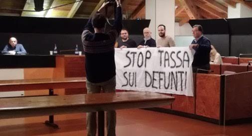 """Tassa sui defunti"": la polemica infiamma"