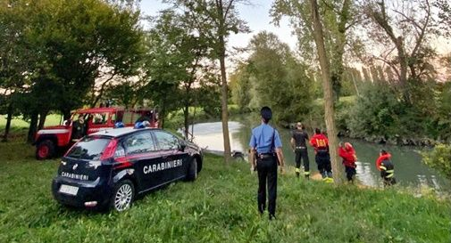 Barca rovesciata, disperso un uomo lungo il canale: il corpo è stato recuperato in serata