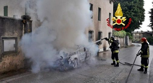 Auto in fiamme a Crespano