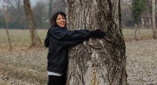 Fanni che abbraccia un albero