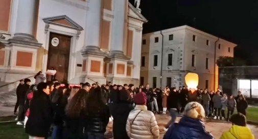 Centinaia di persone sfilano in silenzio per ricordare Giulia, morta a soli 18 anni nel terribile incidente