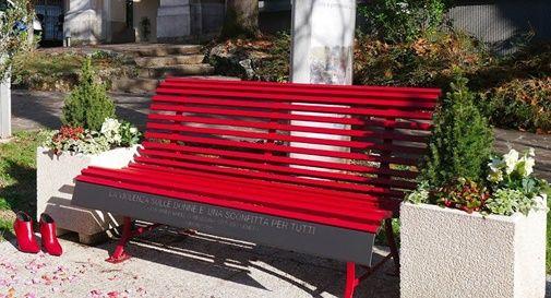 Danzando attorno alla panchina rossa per dire no alla violenza