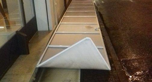 Il vento flagella Montebelluna: danni ai negozi in centro