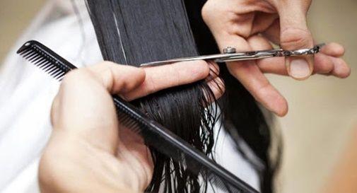 Parrucchieri e clienti senza mascherina
