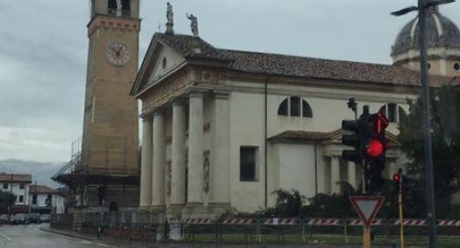 Il pino è stato tagliato: dopo 120 anni, Caerano non ha più un simbolo
