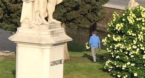 Signora beccata a rubare i fiori dal giardino pubblico