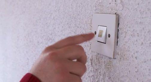 Ragazza avvenente suona ai campanelli con una scusa per entrare in casa