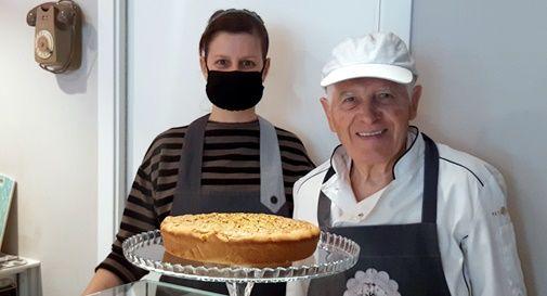 Pietro Biaggioni con la sua torta di bisi
